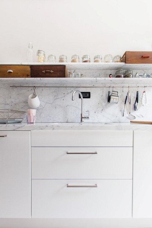 Cucina bianca con vecchi cassetti