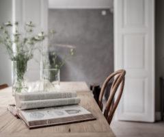 Cemento, cuoio e legno per un interno nordico
