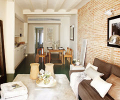 Tint and cozy: una piccola casa piena di luce a Barcellona