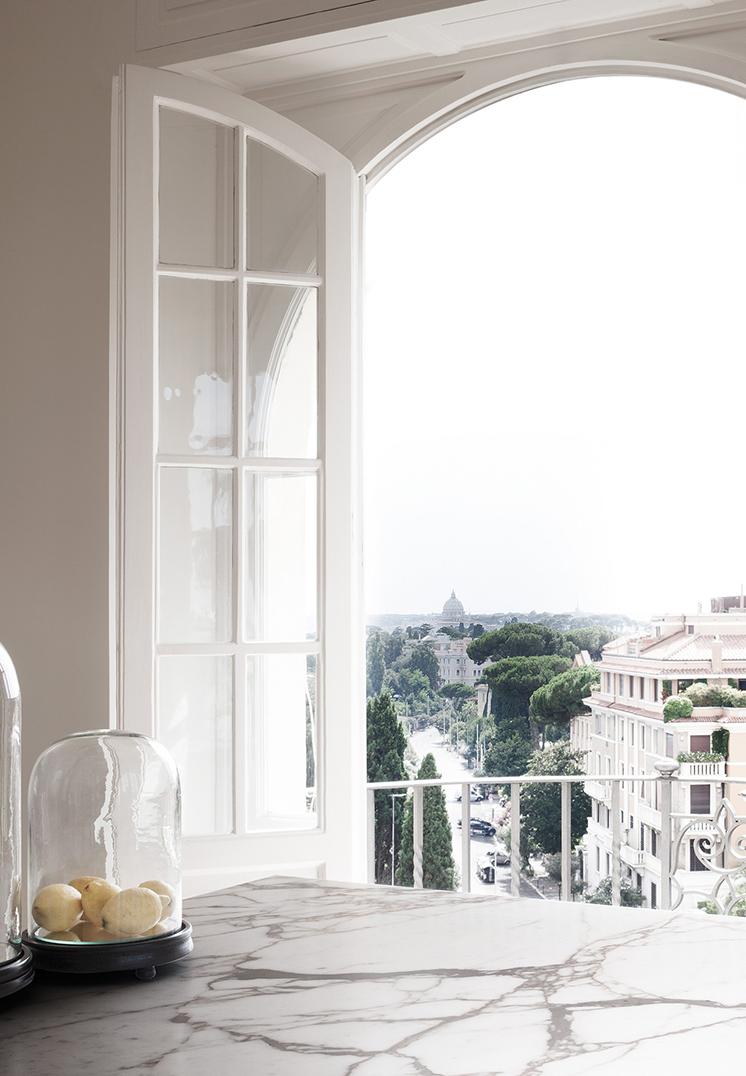 Bianco e dettagli architettonici per un appartamento a for Appartamento design roma