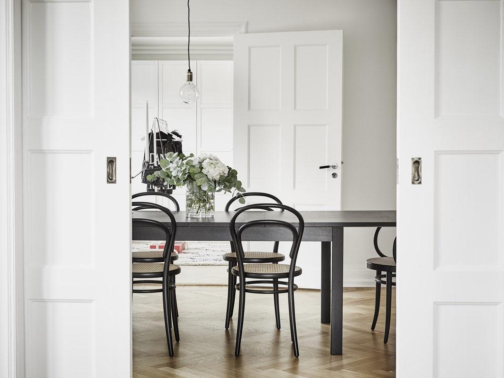 Interno nordico con sedie Thonet