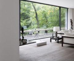 Una casa dalle vetrate immense