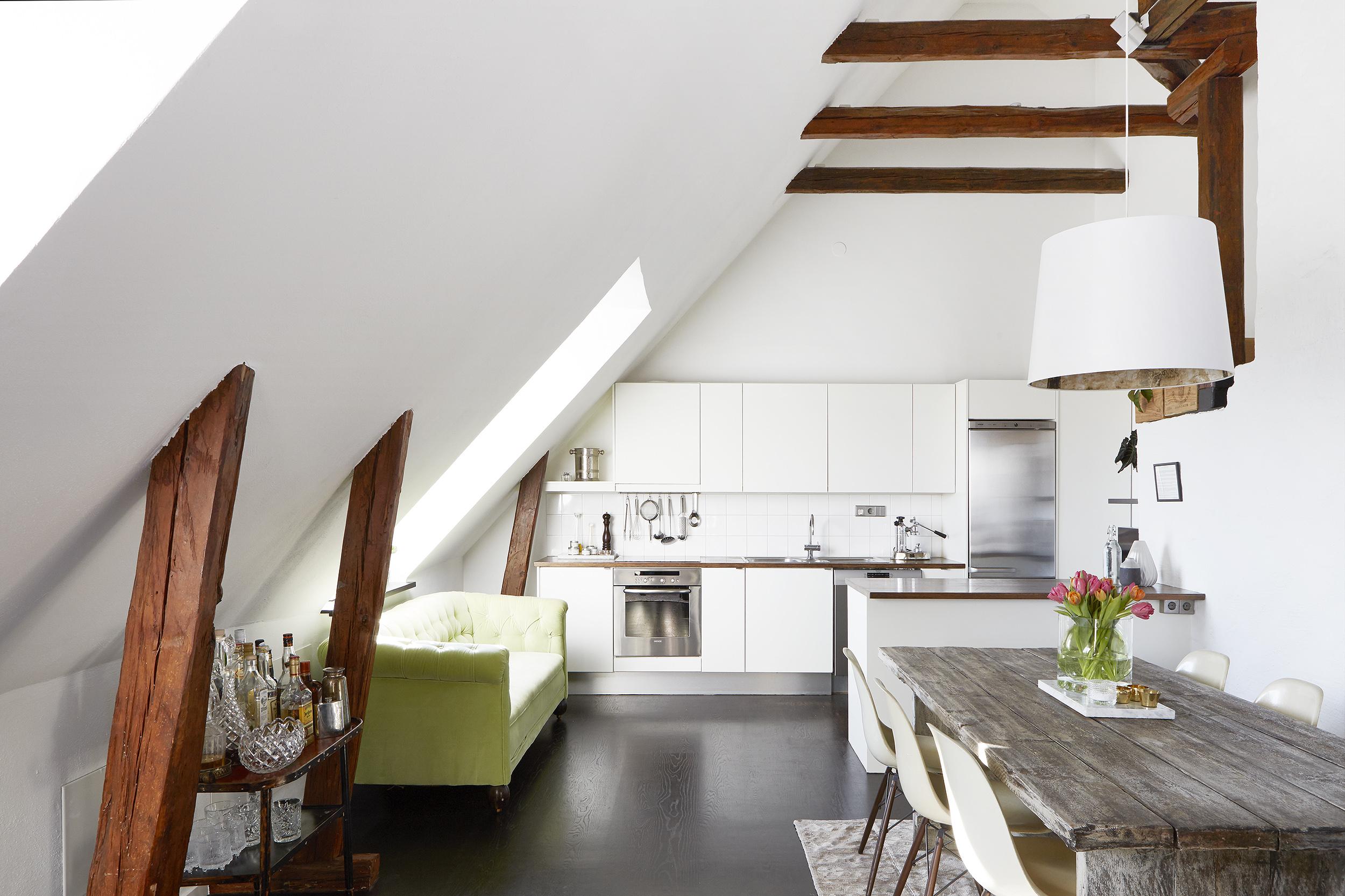 Sottotetto con travi a vista e piccolo balcone in the for Piccolo loft a casa