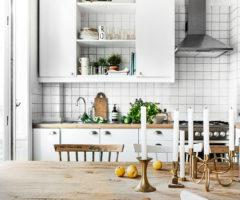 Pavimenti neri e antiche stufe per un interno svedese