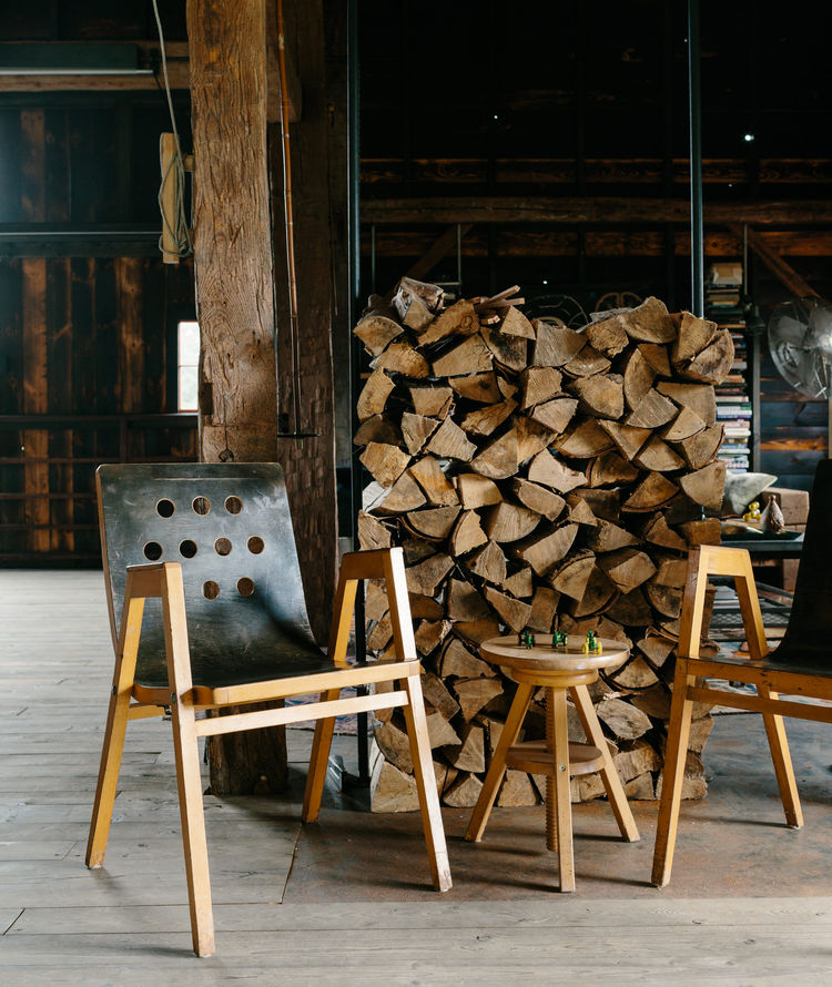 flights-of-fancy-new-york-hudson-valley-retreat-barn-vintage-plywood-stacking-chairs-roland-rainer