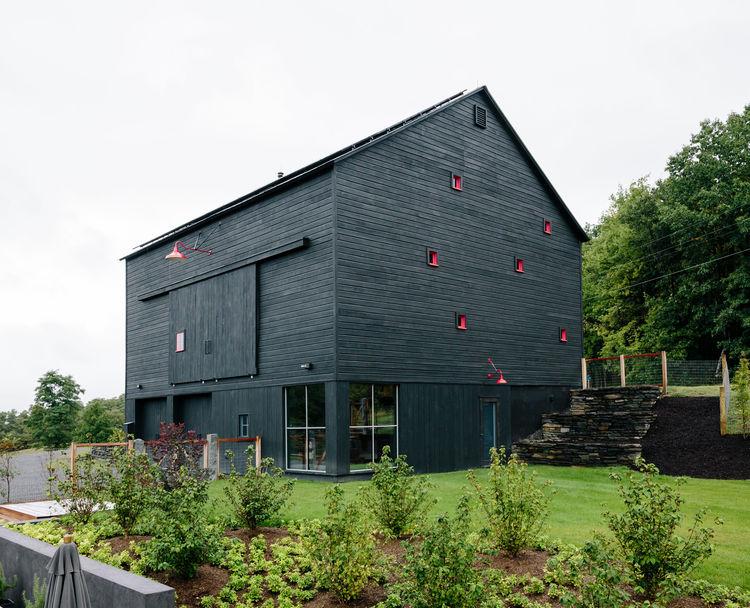 flights-of-fancy-new-york-hudson-valley-retreat-facade-barn-intus-windows