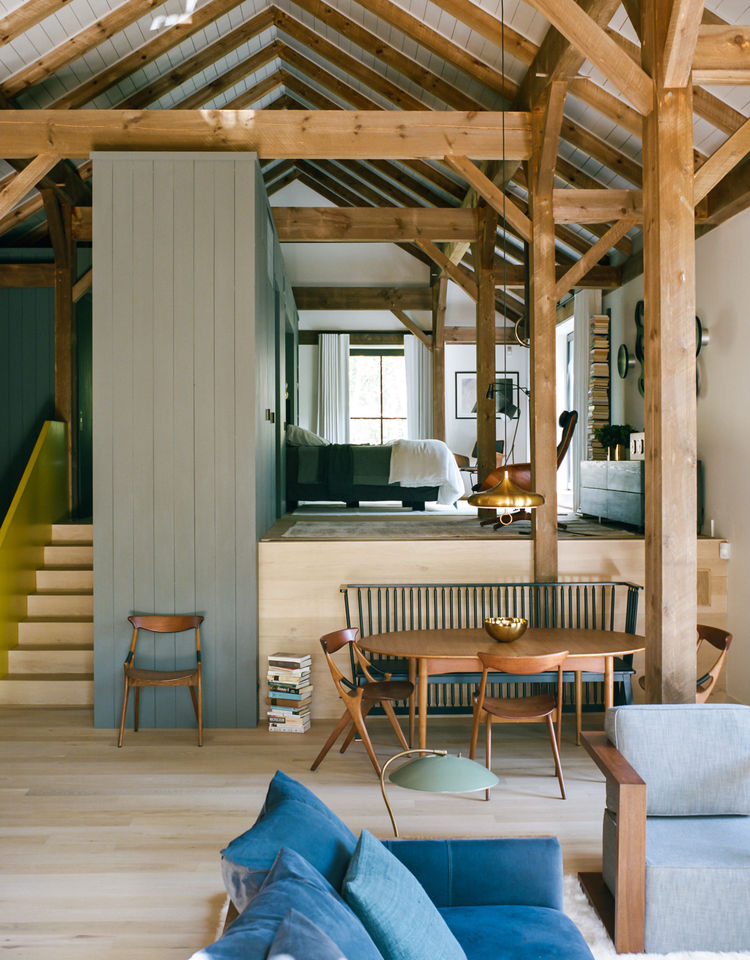 flights-of-fancy-new-york-hudson-valley-retreat-living-room-bedroom-de-la-espada-bench