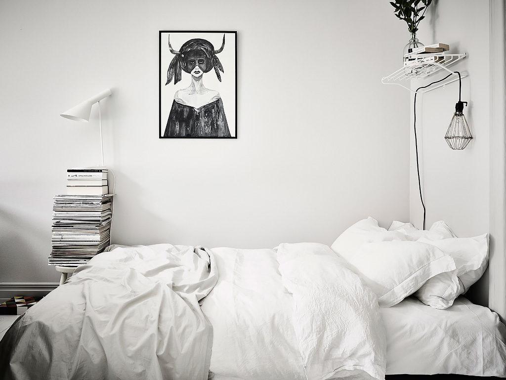 Un piccolo spazio con un divano in velluto