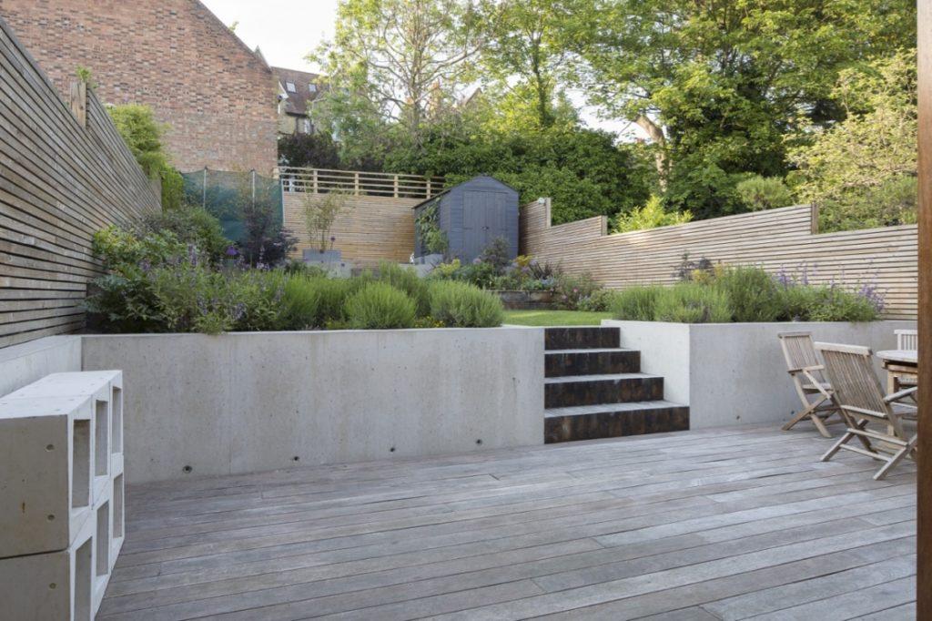 Ristrutturazione di una casa anni 30 con giardino in the for Piani di casa sul fiume su palafitte