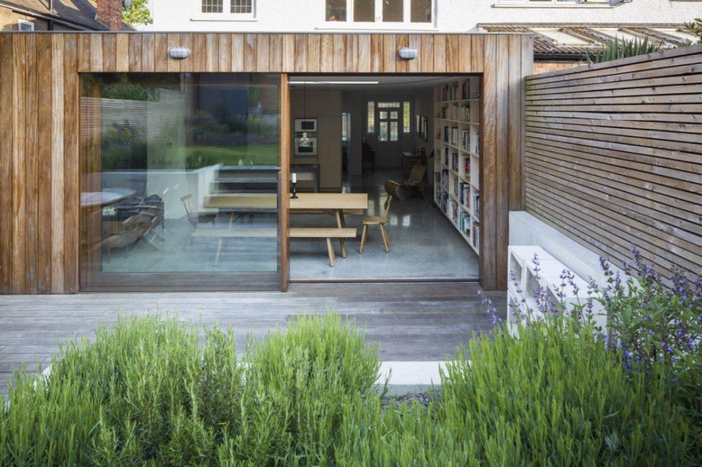 Ristrutturazione di una casa anni 30 con giardino in the for Post e travi casa piani di trasporto