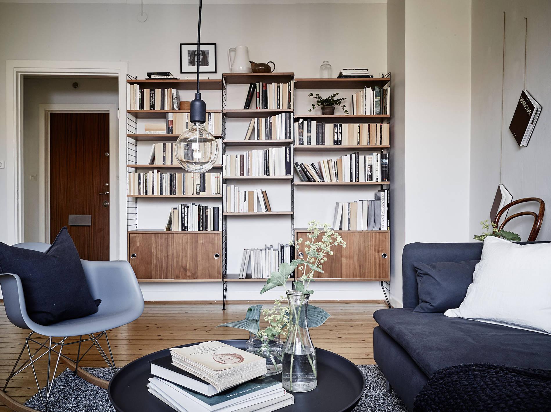 Un appartamento in bianco e grigio in the mood for design for Sillas modernas 2016