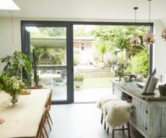 Cucina con vista sul giardino