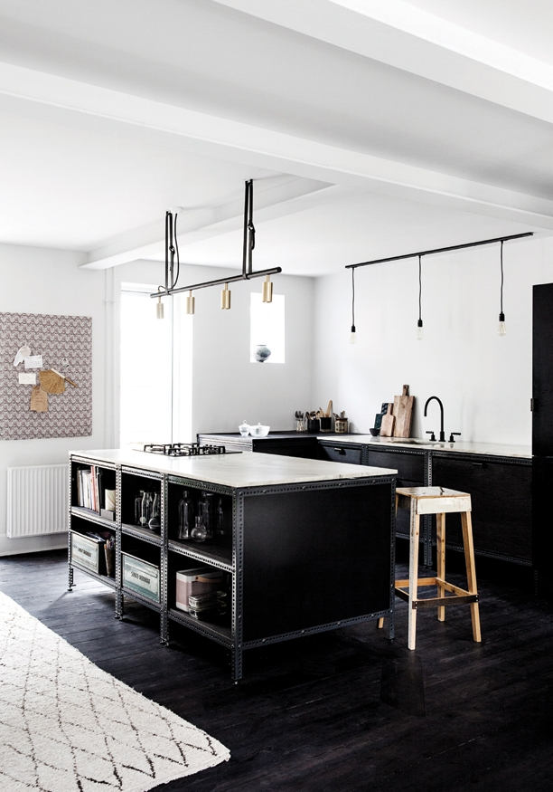 "Interno danese con cucina ""industrial style"" all black"