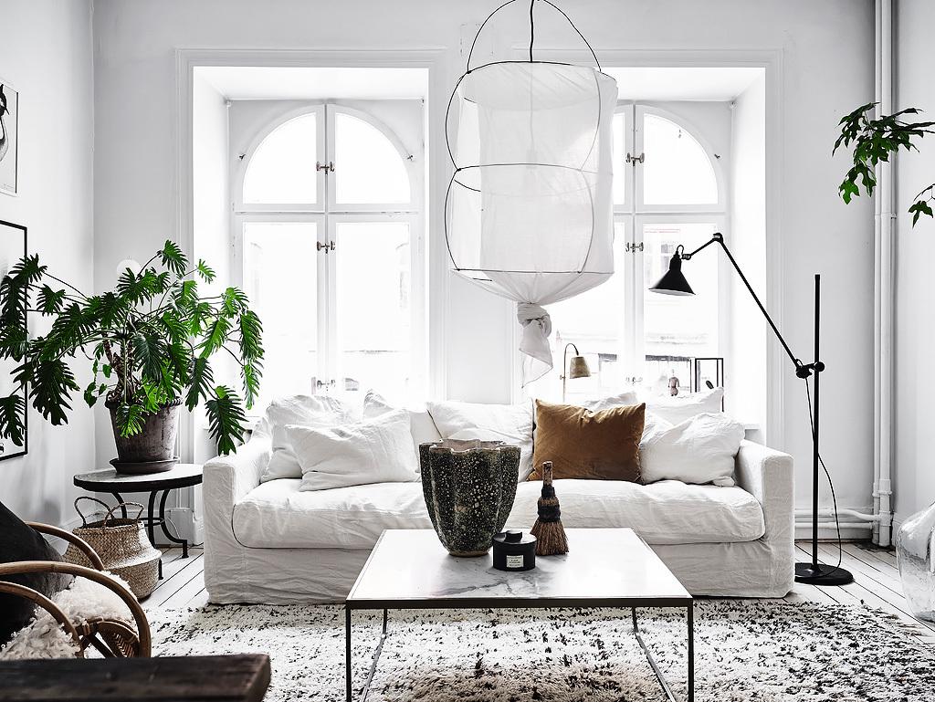 La luce del nord entra in piccolo appartamento total white