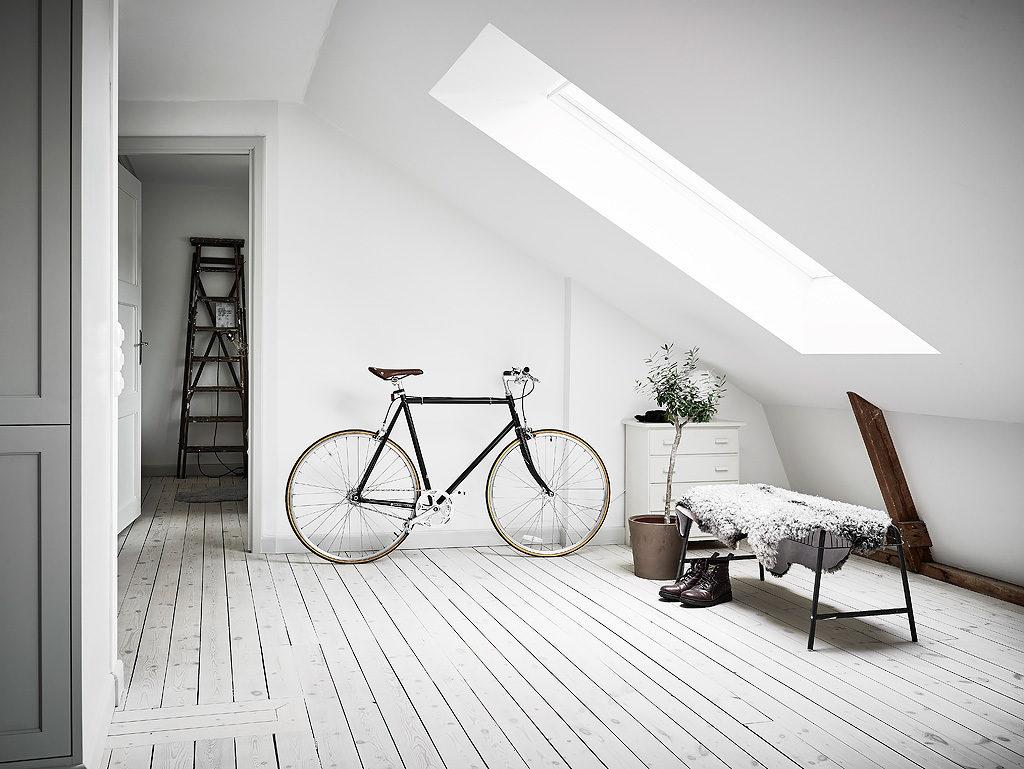 Mansarda in bianco e grigio ingresso