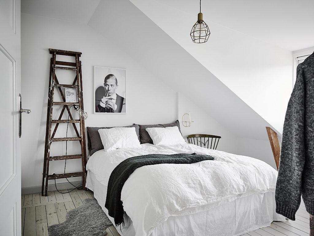 Mansarda in bianco e grigio stanza da letto