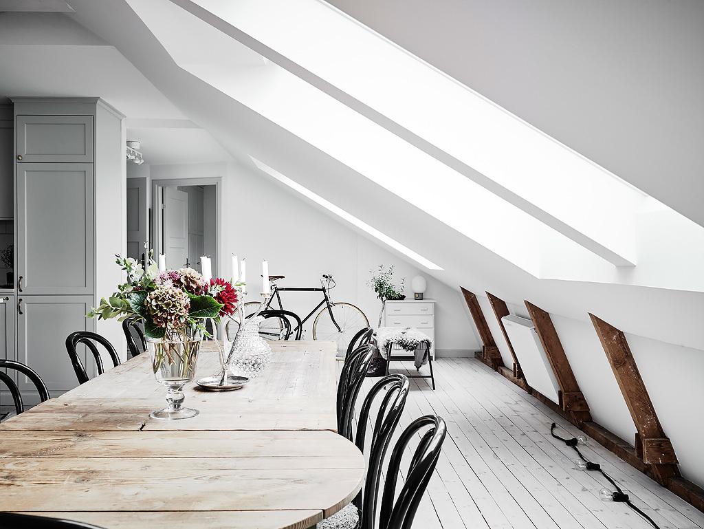 Una luminosa mansarda in bianco e grigio