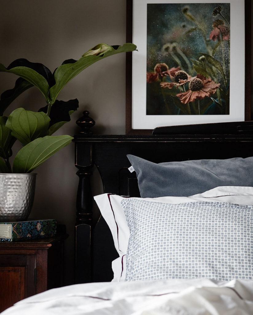 Le pareti scure rimpiccioliscono design casa creativa e mobili ispiratori - Stanza da letto romantica ...
