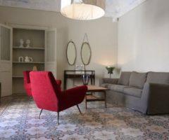 Airbnb seires: due poltrone rosse per un interno siciliano