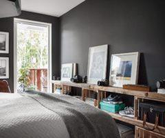 Un stanza da letto con le pareti color ardesia