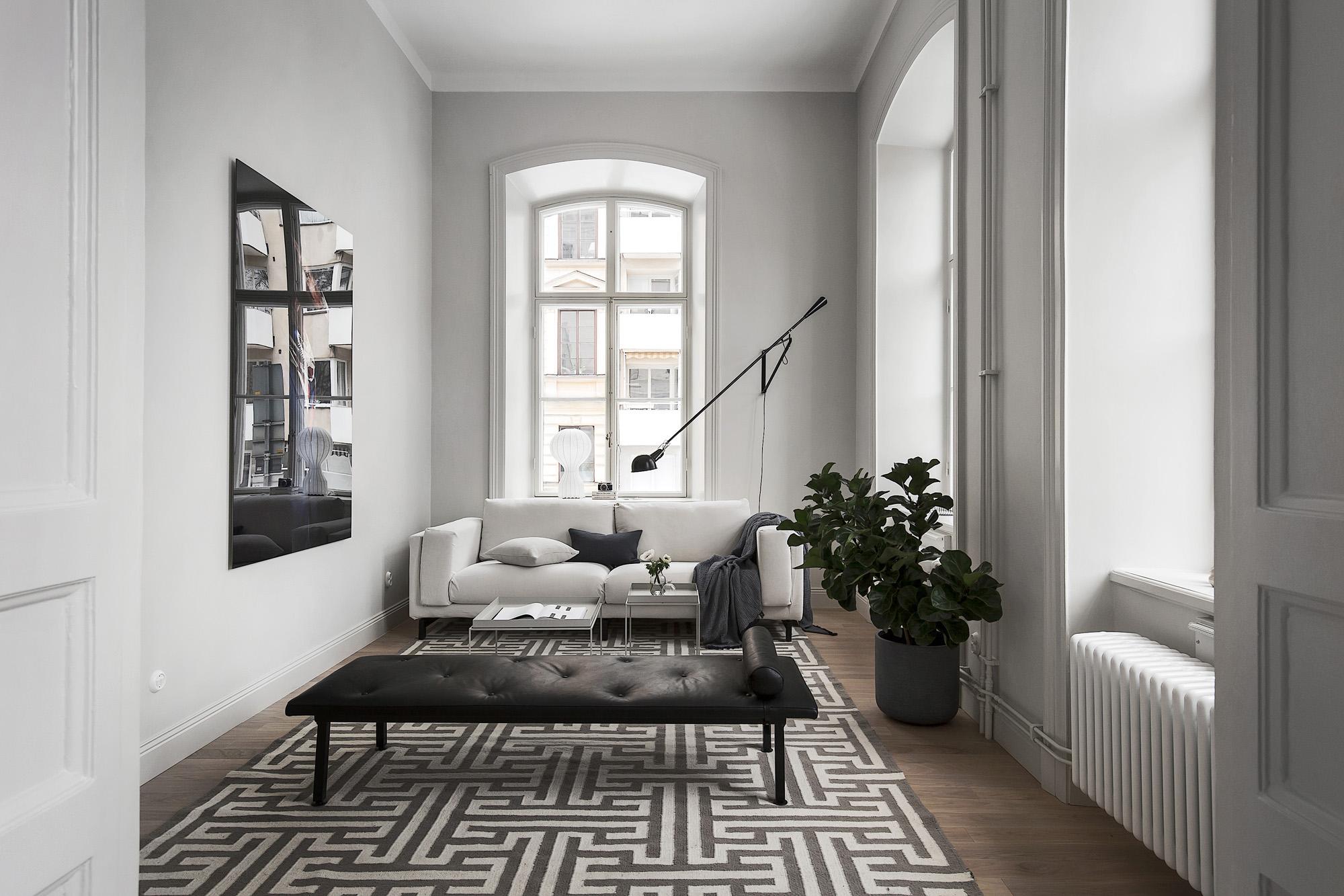 Soppalco e grandi finestre per un elegante appartamento - Finestre grandi ...