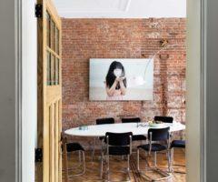 Decor Tips: pezzi iconici e stucchi originali per trasformare un ufficio in appartamento