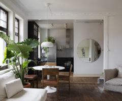 Tiny and cozy: pavimenti in legno e lampade vintage per un piccolo appartamento