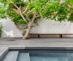 Interior Inspiration: linee pure e spazi candidi per una grande casa australiana