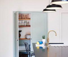 Spotlight on colors: una palette nei toni freddi per una cucina dai dettagli industrial