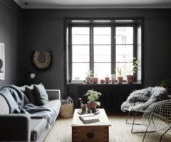 Interior Inspiration: un piccolo soggiorno diventa speciale con i colori scuri