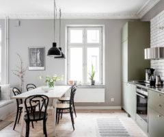 Spotlight on color: una cucina verde oliva affacciata sul soggiorno