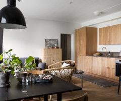 Tiny&cozy: legno, cocco e fibre naturali per un appartamento con balcone