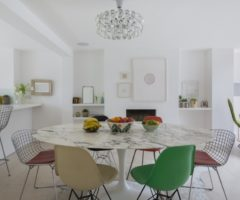 Spotlight on color: total white e una delicata palette pastello per una casa con giardino