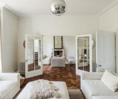 Interior Inspiration: mix di stili e colori neutri per una grande casa inglese