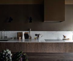 Spotlight on color: un audace mix di colori scuri per una cucina sofisticata tutta da copiare