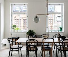Spotlight on color: black and white e dettagli classici per un elegante interno svedese