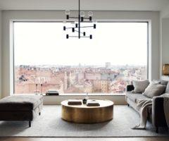 Tiny&cozy: un appartamento di 50 mq con enormi finestre e vista incredibile