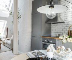 Tiny&cozy: una piccola e luminosa mansarda con i soffitti altissimi