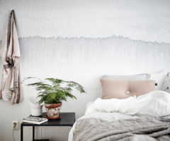 Un appartamento in grigio con un tocco di rosa