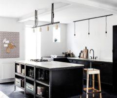 "Interno danese con cucina ""industrial style"" all black"