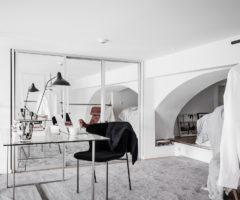 Interior Inspiration: grandi finestre e doppia altezza per un interno dai toni freddi
