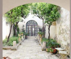 Vacanze Italiane: un'antica casa salentina ruota attorno al cortile