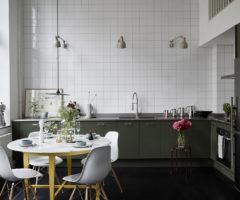 Spotlight on colors: mix di colori per un luminoso loft svedese