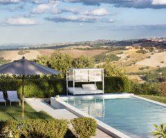 Vacanze italiane: panorama da sogno e interni minimal per un rustico nelle Marche