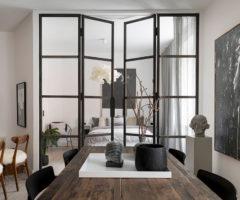 Tiny&cozy: una grande parete in vetro per dividere la stanza da letto dal soggiorno